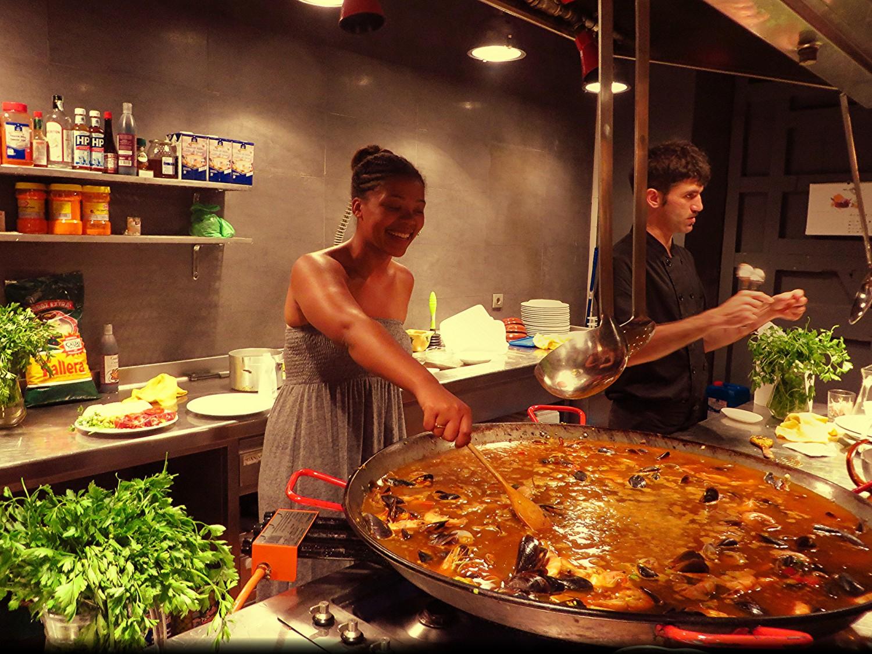 paella class in barcelona, black female travel blogger, alyssa writes